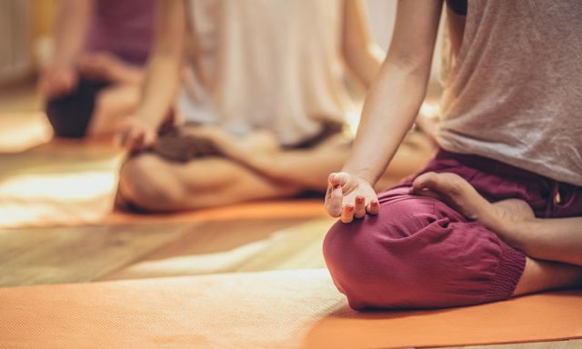 A Meditação pode ser praticada de forma grupal ou solitária.